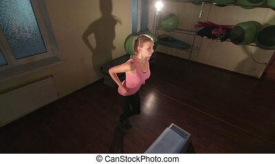 crane:, kobieta, jib, atak, pracujący, sala gimnastyczna, bardziej skokowy, młody, poza