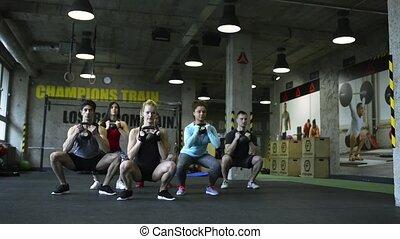 crossfit, kuca, sala gimnastyczna, ludzie, młody, kettlebells