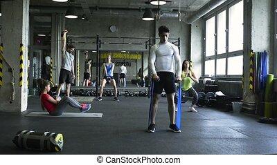 crossfit, pracujące ludzie, sala gimnastyczna, equipment., młody, różny, poza