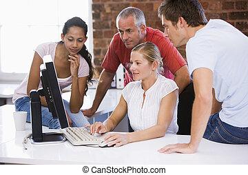 cztery, biurowa przestrzeń, businesspeople, patrząc, komputer, uśmiechanie się