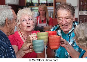 cztery, seniorzy, grupa, świętując