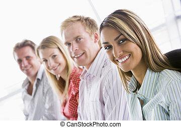 cztery, uśmiechanie się, być w domu, businesspeople, posiedzenie