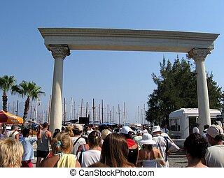 dekoracyjny, pasażerowie, arch., idzie, tłum, -, przeciw, element, architektoniczny, indyk, antalya, triumfalny, port