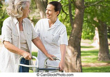 dojrzały, park, pomagając, samica, piechur, kobieta