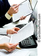 dokumenty, dyskutując