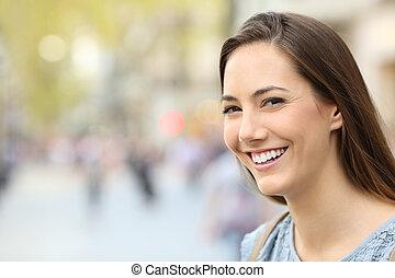 doskonały, uśmiech, kobieta, ulica, portret