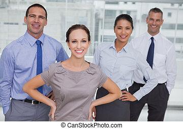 drużyna, przedstawianie, patrząc, praca, uśmiechanie się, aparat fotograficzny, razem