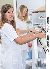 dwa kobiet, pracujący, pralnia