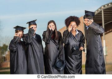 dyplomy, studenci, absolwent, przeglądając, campus