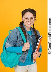 dzieci, idzie, dziewczyna, pojęcie, utalentowany, radość, badając, klasy, student