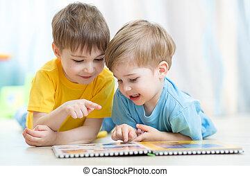 dzieciaki, bracia, podłoga, praktyka, kładąc, razem, patrząc, książka, czytanie