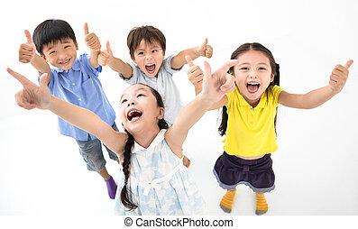 dzieciaki, grupa, kciuk do góry, uśmiechnięty szczęśliwy