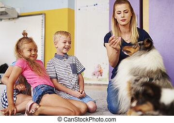 dzieciaki, szczęśliwy, terapia, podczas, pies