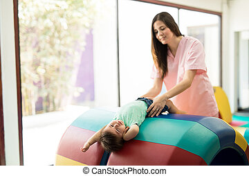 dziewczyna niemowlęcia, terapeuta, pracujący