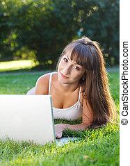 dziewczyna, posiadanie, szczęśliwy, młody, zabawa, komputer, używając