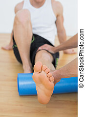 egzaminując, mężczyźni, noga, młody, terapeuta, fizyczny