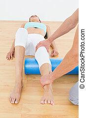 egzaminując, noga, babski, młody, terapeuta, fizyczny