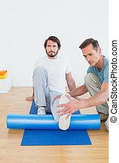 egzaminując, noga, młody, człowiek, terapeuta, fizyczny