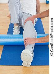 egzaminując, terapeuta, fizyczny, noga, człowiek