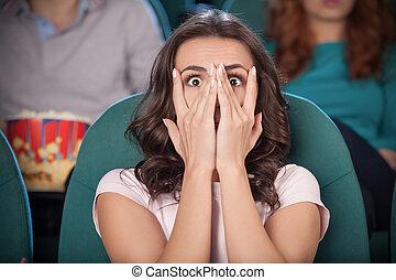 film, ręka, przykrycie, kobiety, znowu, twarz, kino, przerażony, jej, przerażenie, oglądając, movie., młody