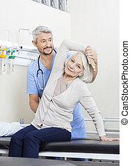 fizykoterapeuta, kobieta, istota, wsparty, senior, ręka, ruch