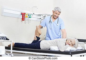 fizykoterapeuta, pacjent, noga, porcja, senior, ruch