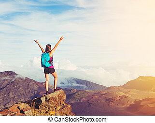 góra, kobieta, herb, wycieczkowicz, zachód słońca, daszek, otwarty, szczęśliwy