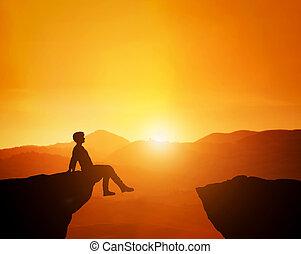 góra, posiedzenie, sceniczny, odprężony, patrząc, ostrze, zachód słońca, skyline., człowiek
