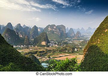 górski krajobraz, guilin, yangshuo, chińczyk