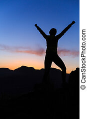 góry, kobieta, sylwetka, powodzenie, zachód słońca, wspinaczkowy