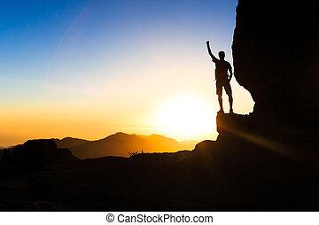 góry, sylwetka, hiking, powodzenie, zachód słońca, wspinaczkowy, człowiek