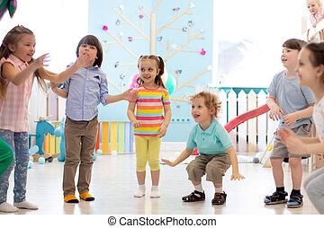 gra, dzieciaki, grupa razem, skok, indoor., dzieci, szczęśliwy
