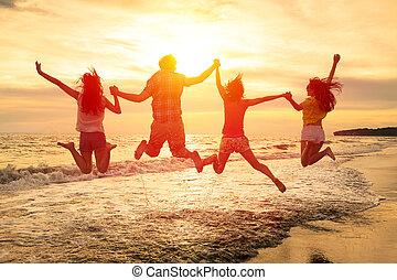 grupa, ludzie, młody, skokowy, plaża, szczęśliwy