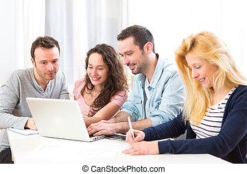 grupa, pracujące ludzie, laptop, młody, pociągający, 4