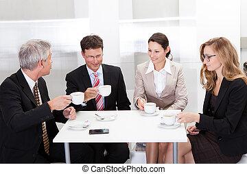 handlowe koledzy, kawa, na, odprężając