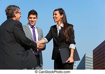 handlowy sprzedają, na, drużyna, siła robocza, outdoors., potrząsanie