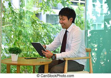 handlowy, taplet, osoba, asian, używając, uśmiechnięty człowiek