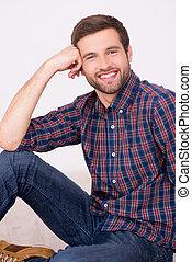 handsome., jego, podłoga, posiedzenie, młody, ręka, zaufany, znowu, nachylenie, uśmiechnięty człowiek, głowa, przystojny