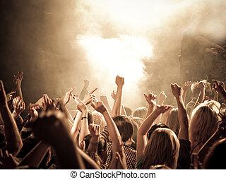 intonując, koncert, tłum