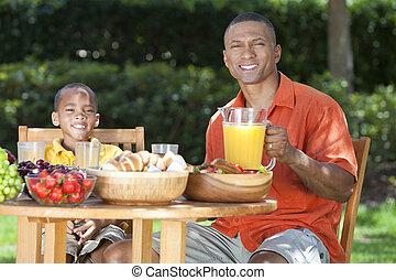 jedzenie, &, zdrowy, ojciec, amerykanka, syn, jadło, zewnątrz, afrykanin
