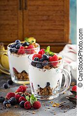 jogurt, krem mrożony, granola, jagody