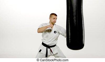 karate, sandbag, practicing, ruch, tło., powolny, czarnoskóry, biały, człowiek, pasek