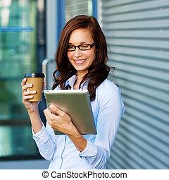 kawa, kobieta, jej, tablet-pc, picie, czytanie