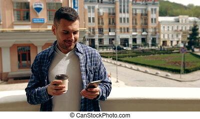kawa, smartphone, młody, złamanie, znowu, jego, używając, outdoors., cieszący się, człowiek