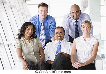key/selective, (high, businesspeople, być w domu, piątka, focus), uśmiechanie się