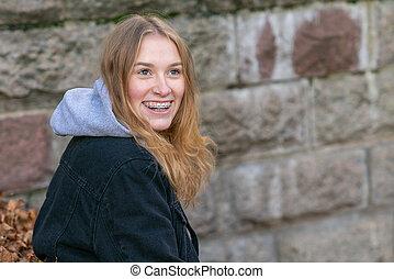 kierunek, kobieta, młode przeglądnięcie, aparat fotograficzny, śmiech, portret
