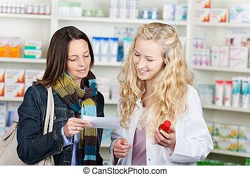 klient, farmaceuta, papier, recepta, czytanie
