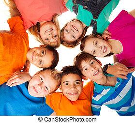 koło, dzieciaki, uśmiechanie się, razem, szczęśliwy