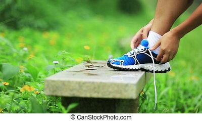 kobieta, biegacz, shoelace, przywiązywanie