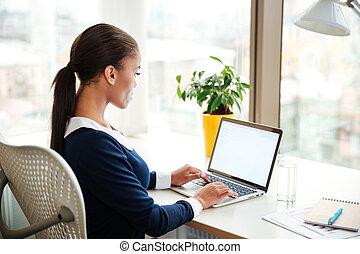 kobieta, biuro, handlowy, laptop, afrykanin, używając, widok budynku